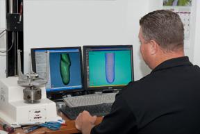 Một người đang sử dụng phần mềm cad cam trên máy tính