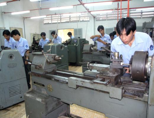 Một lớp học sử dụng máy tiện cơ