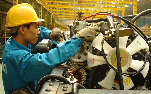 Công nhân đang lắp ráp động cơ